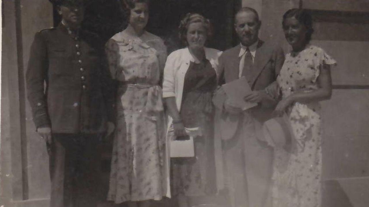 En el reverso de esta fotografía aparece la dedicatoria: «Tus hermanas te dedicamos esta foto en prueba de cariño, Maruja y Raquel».