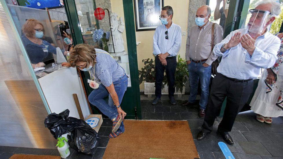 Nuevo protocolo para la recepción de peregrinos en los albergues del Camino de Santiago. Los zapatos tienen que guardarse en otra bolsa antes de pasar al albergue
