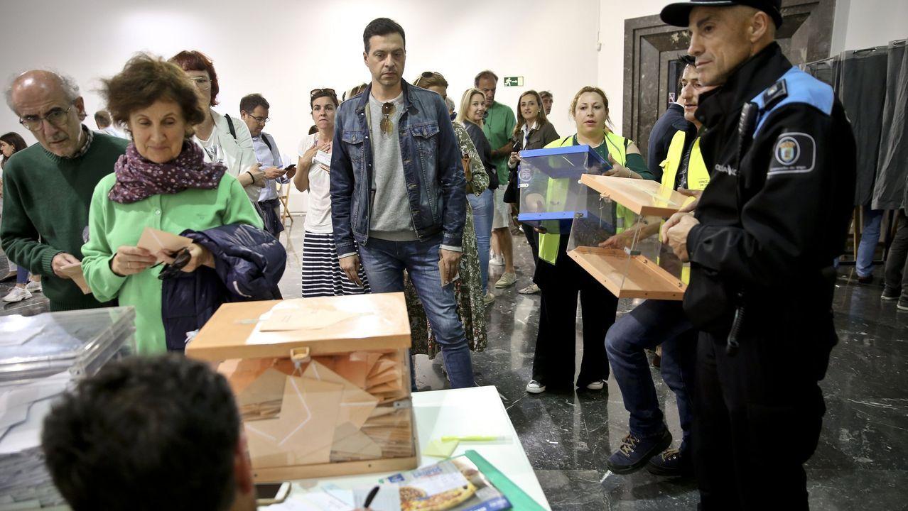 Así es la colorida cubierta de Gran Vía.Imagen de archivo de una mesa electoral en Vigo