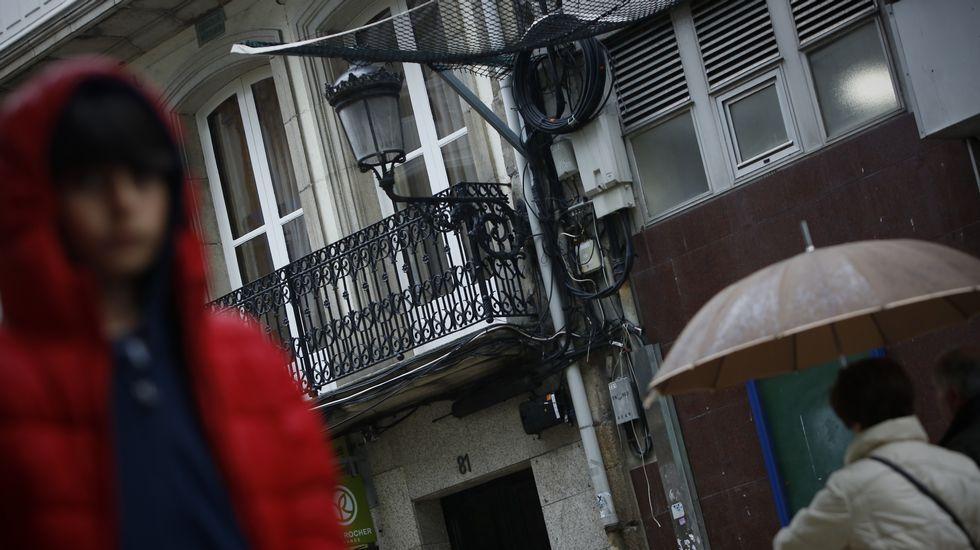 ¿Puede haber pubs en un puerto?.Marcha principal de este Primero de Mayo. Los sindicatos UGT y CC. OO. recorrieron juntos las calles de A Coruña