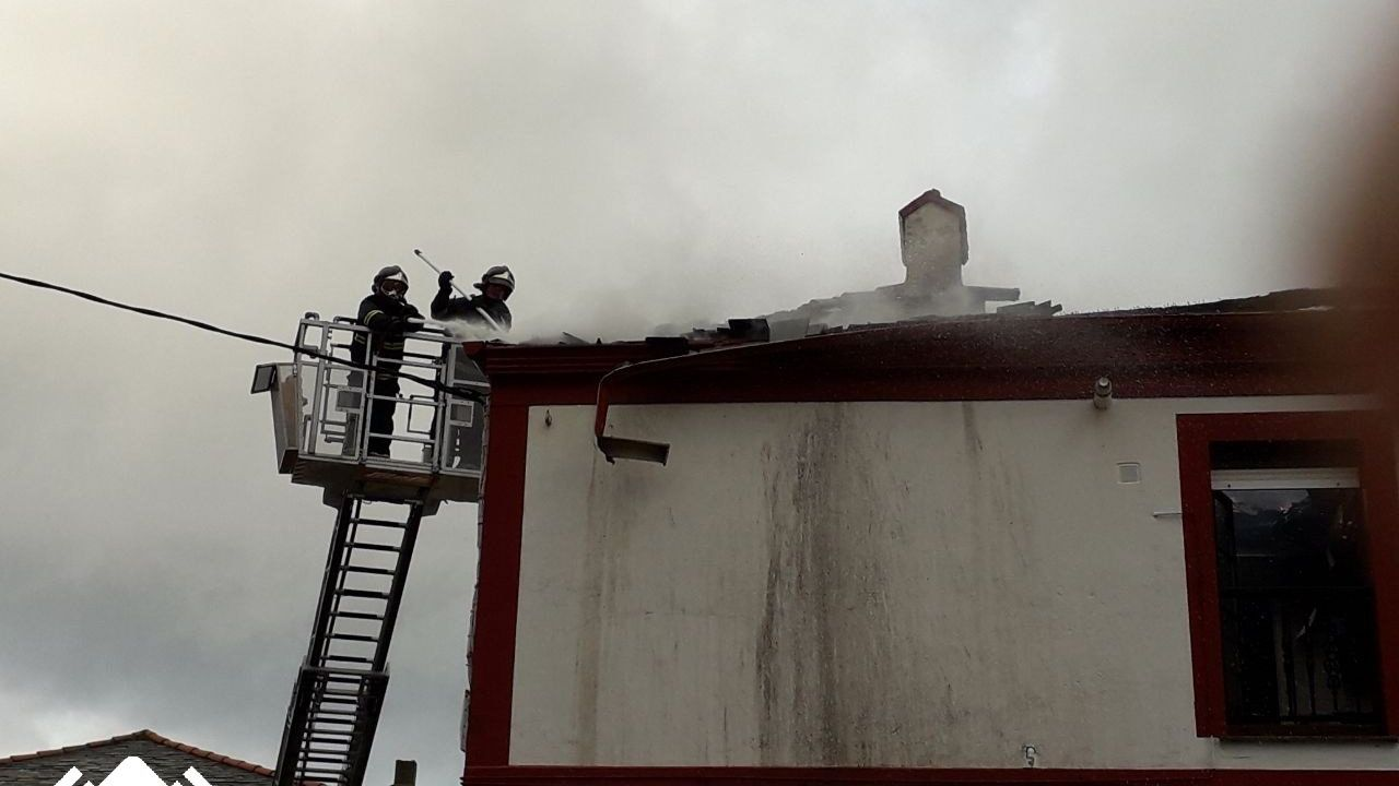 Así se vive el 25-N en Asturias.Bomberos tratan de sofocar un incendio en Puerto de Vega (Navia)