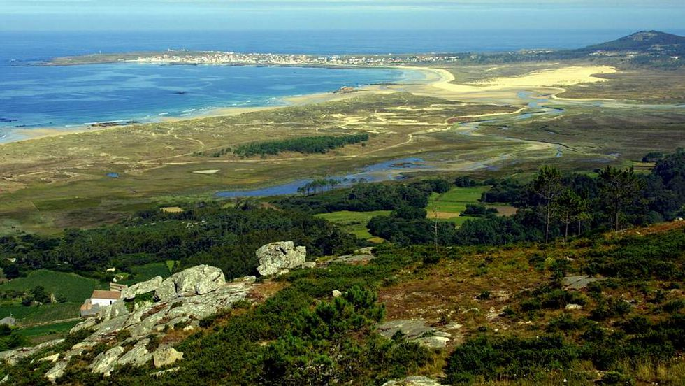 Enquadrado na Corribedo Natural Park (Ribeira), o Laguna De Carregal é anexado ao mar por um ponto estreito. A história do desaparecimento sob a lagoa de uma antiga cidade chamada Valverde