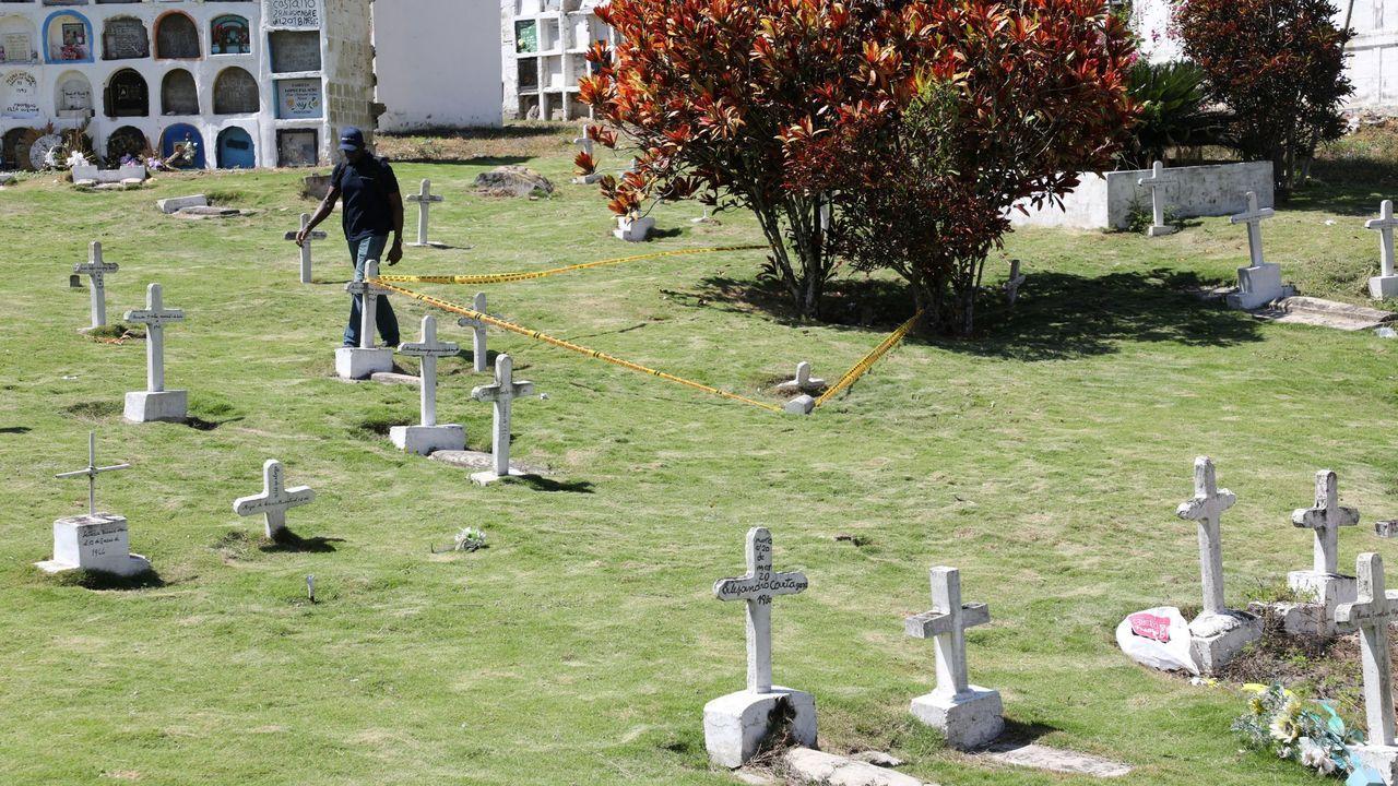 Un hombre pasa por el cementerio de Dabeiba