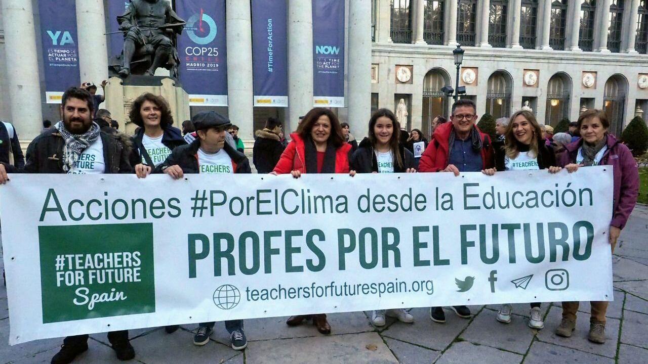 Miembros de la asociación Teachers For Future, en la movilización por el clima en Madrid