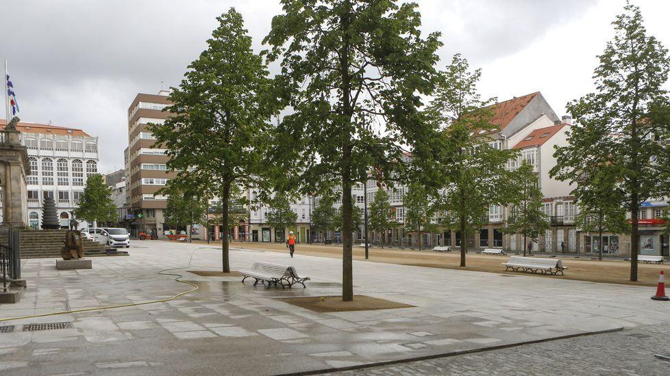 El sol llena de vida las terrazas de Ferrolterra.Así es ahora la plaza de Armas. El recinto muestra ya su estética final, con 21 árboles, los ocho bancos ya colocados y el pavimento de tierra, mientras continúan algunos trabajos