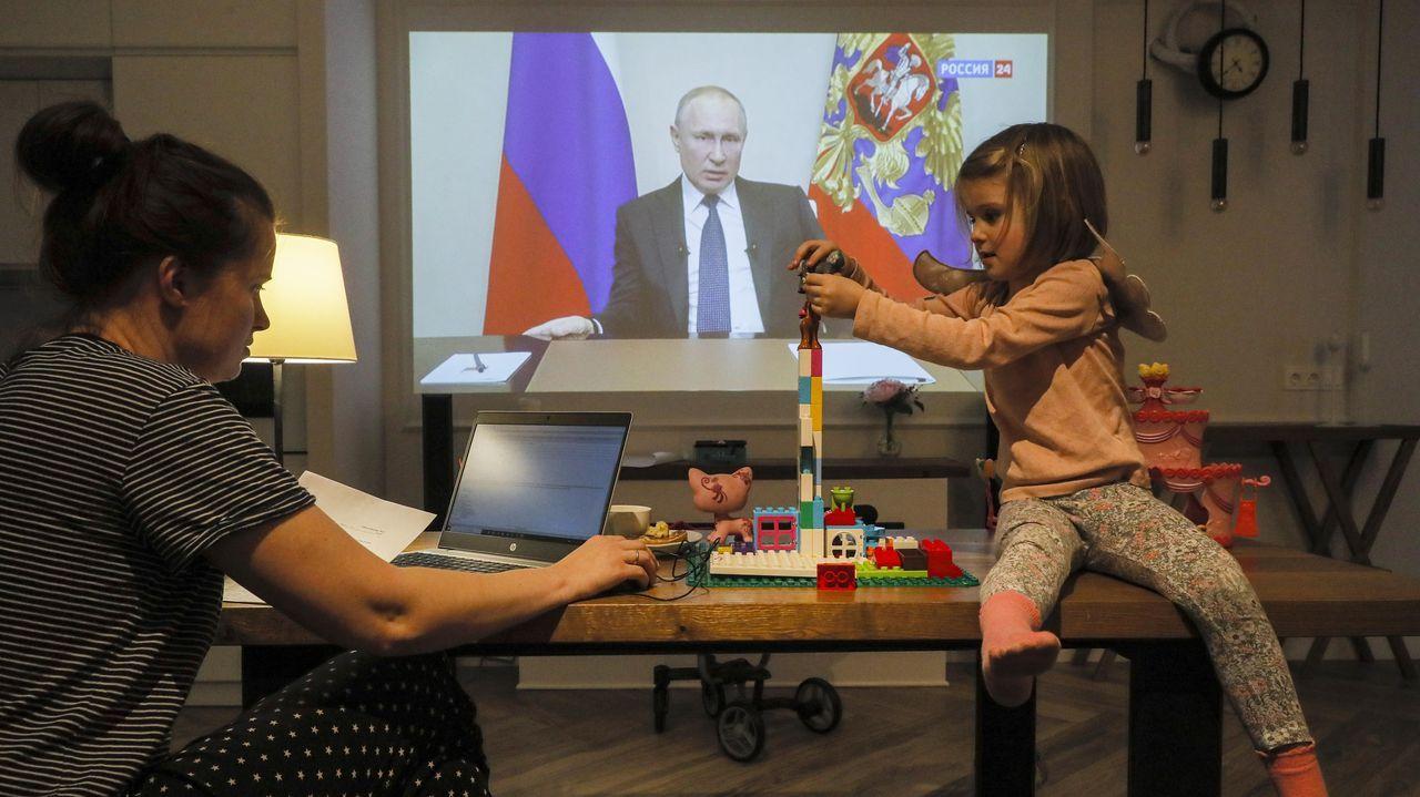 Natalia y su hija observan el discurso a la nación del presidente Vladimir Putin en su casa de Domodedovo, región de Moscú
