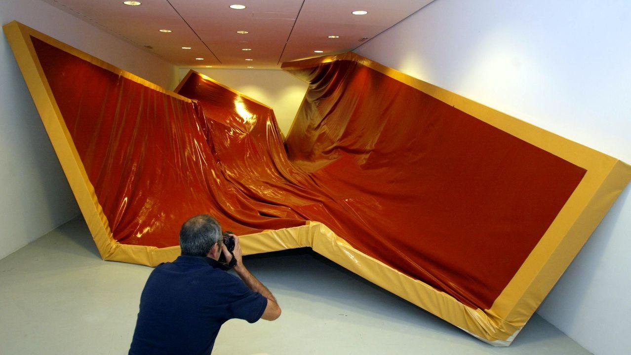 La artista internacional Ángela de la Cruz expuso en el anexo del Marco en el 2004. Fue nominada para el Premio Turner en 2010.??? En 2017 ganó el Premio Nacional de Artes Plásticas.
