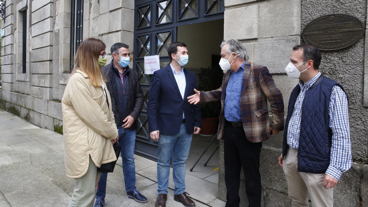 Gonzalo Caballero, en el centro, se reunió este martes con el equipo de gobierno de Caldas de Reis para analizar las necesidades municipales ante la Xunta y el Gobierno