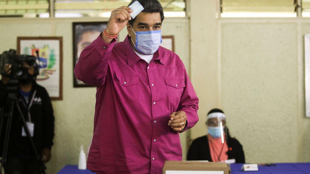 Maduro mostrando ayer la papeleta de su voto en un centro electoral de Caracas