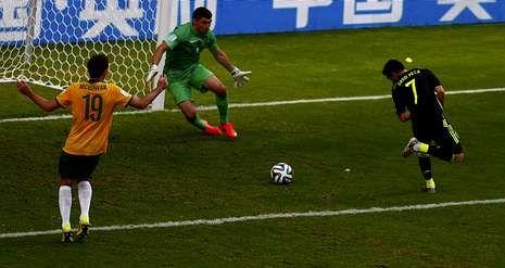 David Villa remata de tacón un pase de Juanfran para conseguir el primer gol de España ante Australia, el número 59   en la cuenta del máximo goleador de la selección.