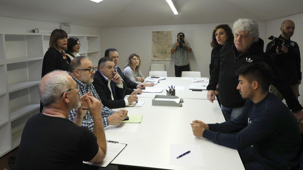 El hostelero Juan Cruz (de pie, a la derecha) quiso asistir a la reunión para denunciar el acoso que dice sufrir y fue invitado a marcharse por no estar invitado