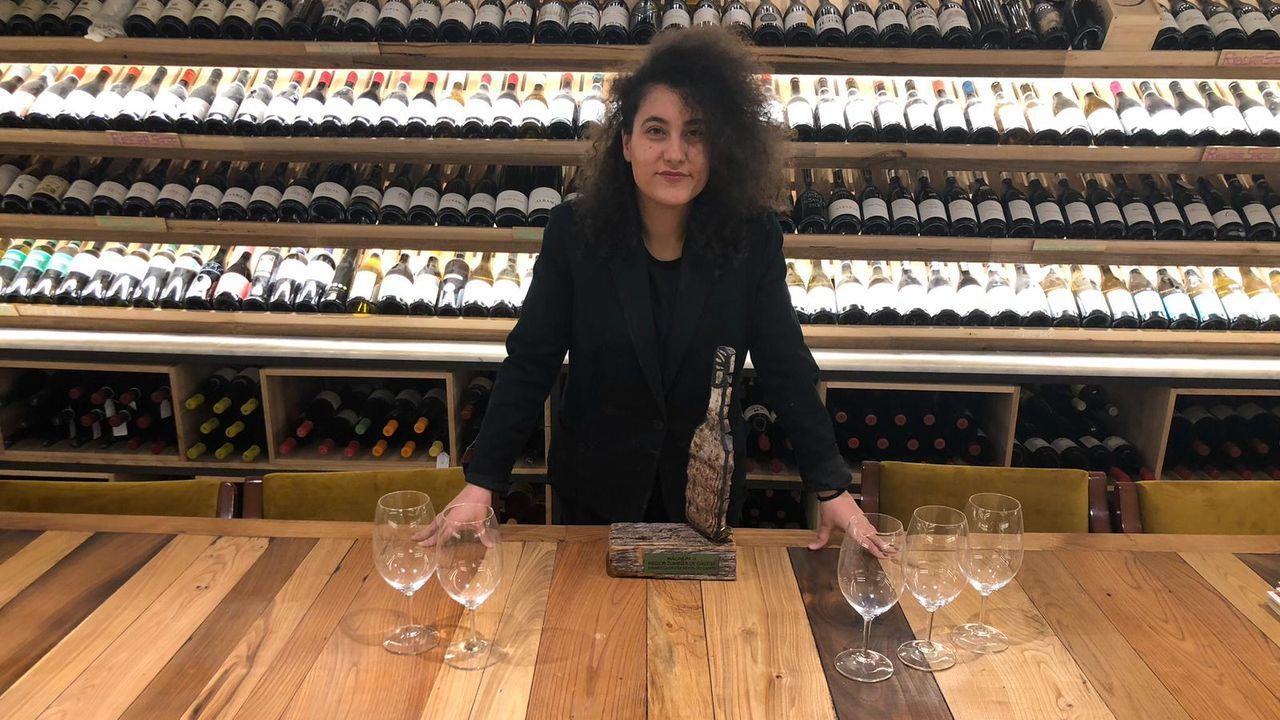 ELISABET CASTRO (MESÓN DO CAMPO, VILALBA) Elegida Mellor Sumiller de Galicia en el 2018, le gusta bajar a los clientes a la bodega para conocer sus gustos y hacerles viajar a través del paladar.