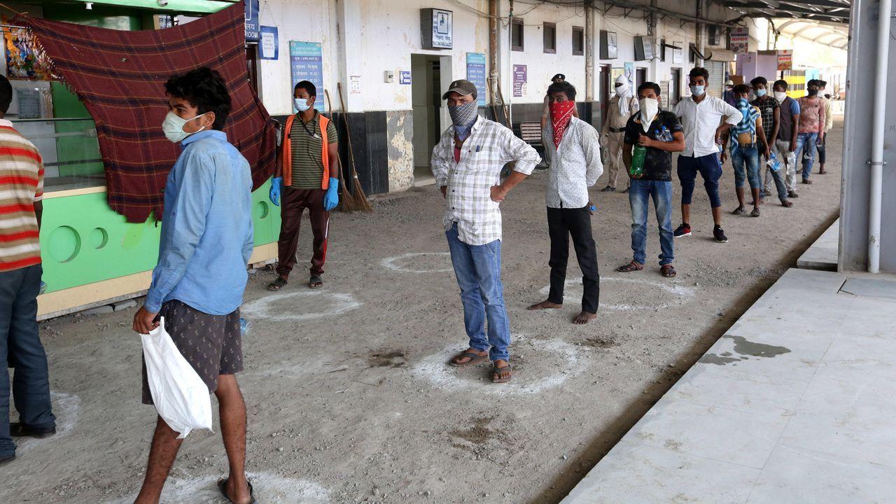 En las estaciones indias deben mantener la distancia de seguridad. Algunos trenes repatrían a ciudadanos que son puestos en cuarentena