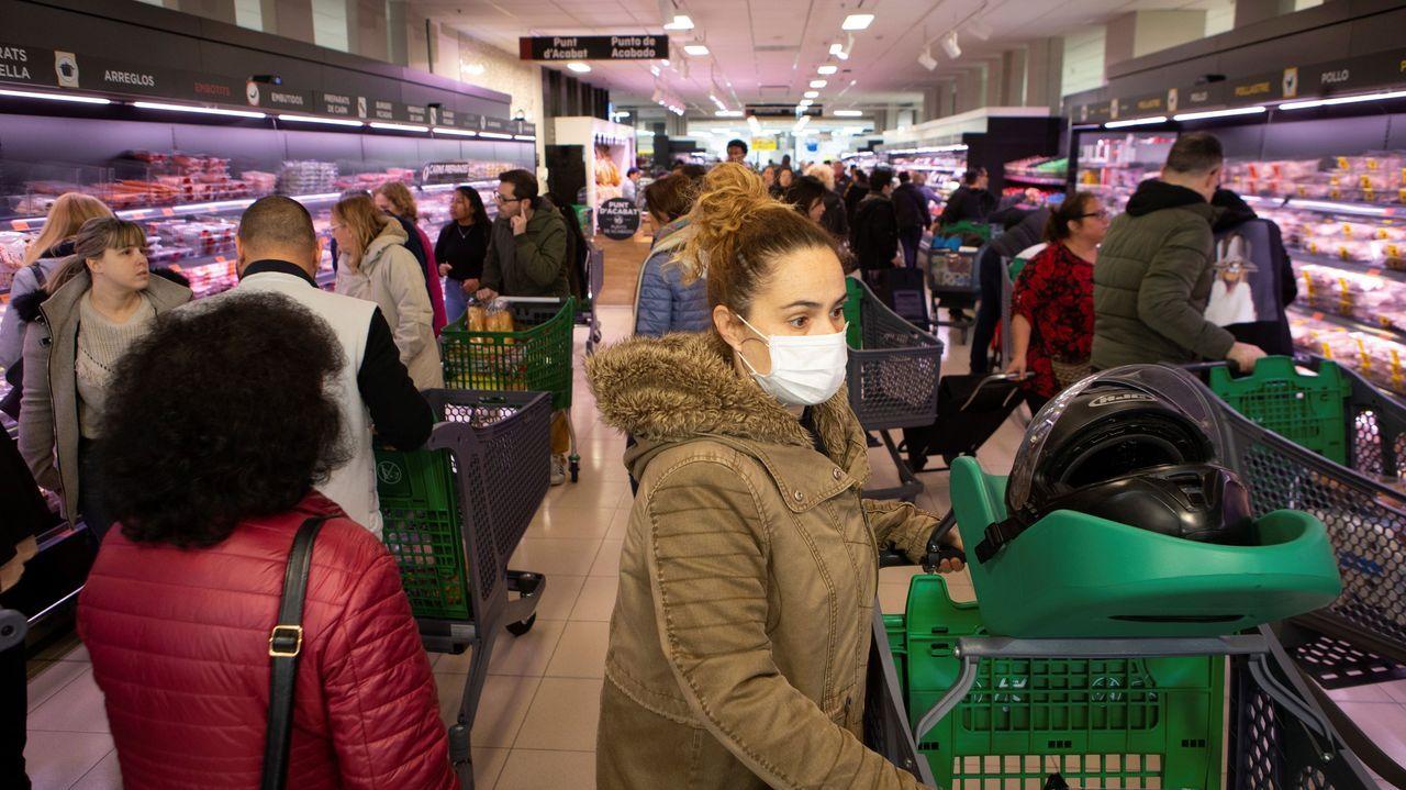 Colas kilométricas antes de Semana Santa.Compras de alimentos y productos básicos en un supermercado