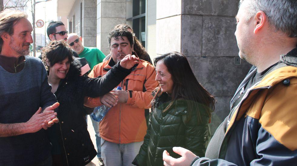 Ángeles Álvarez, junto a otros activistas de la PAH, al final del encierro