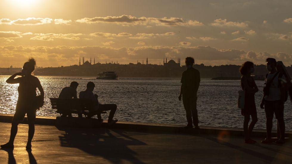 La gente se relaja en el puerto de Estambul, Turquía