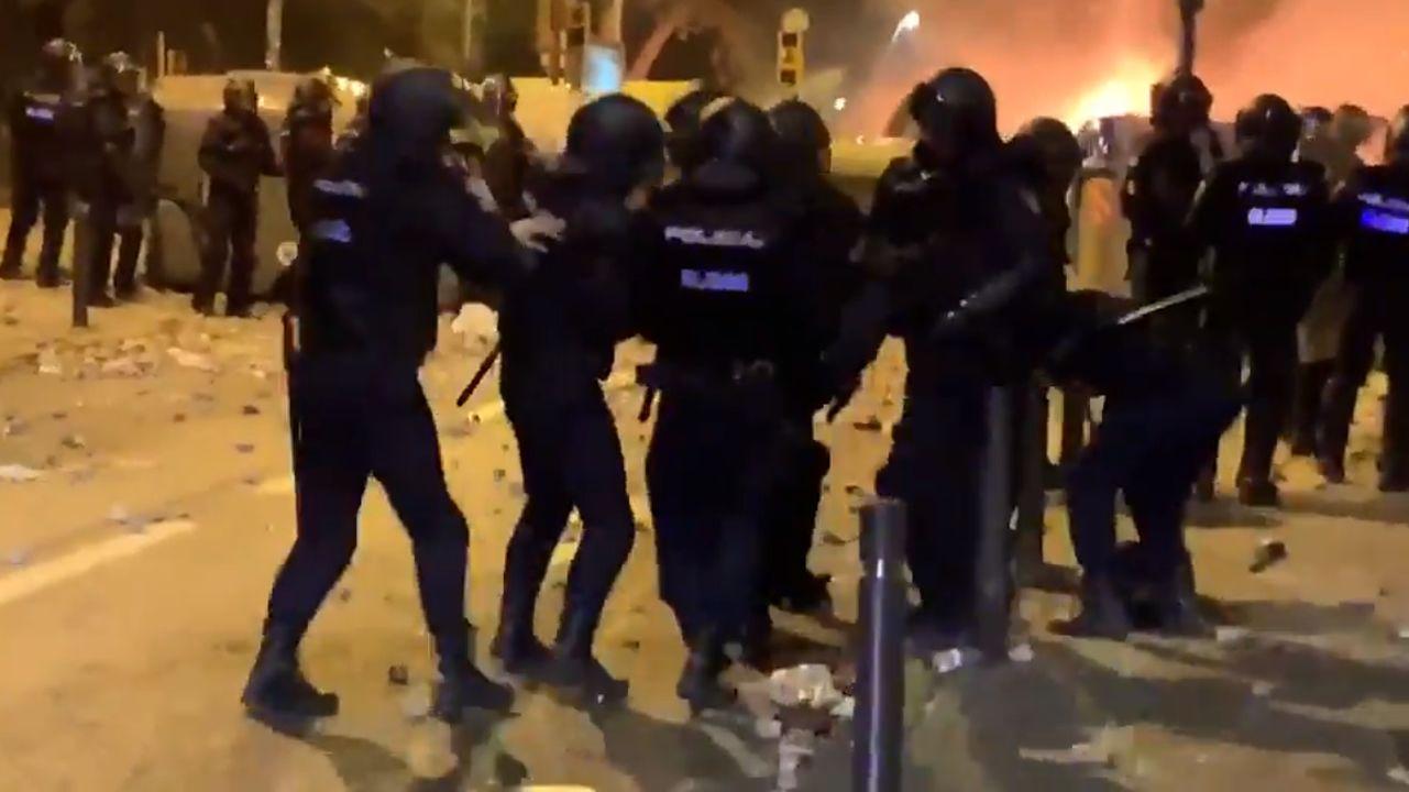 Un policía de Vigo, herido durante los disturbios en Barcelona.La detenida, al salir del juzgado rumbo a prisión