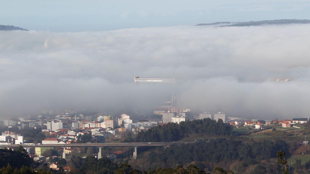 Abarrote en Samil a pesar de las nubes.La grúa pórtico de Navantia asoma entre la niebla, en una imagen tomada esta mañana