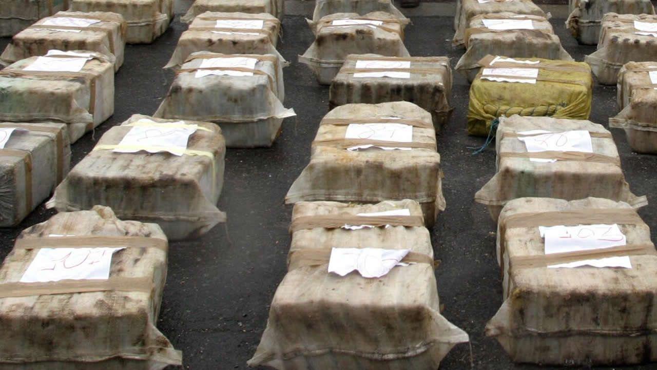 Pasan a disposición los detenidos por el alijo de droga del año.Foto de archivo de varios fardos de cocaína incautados por la Policía Nacional