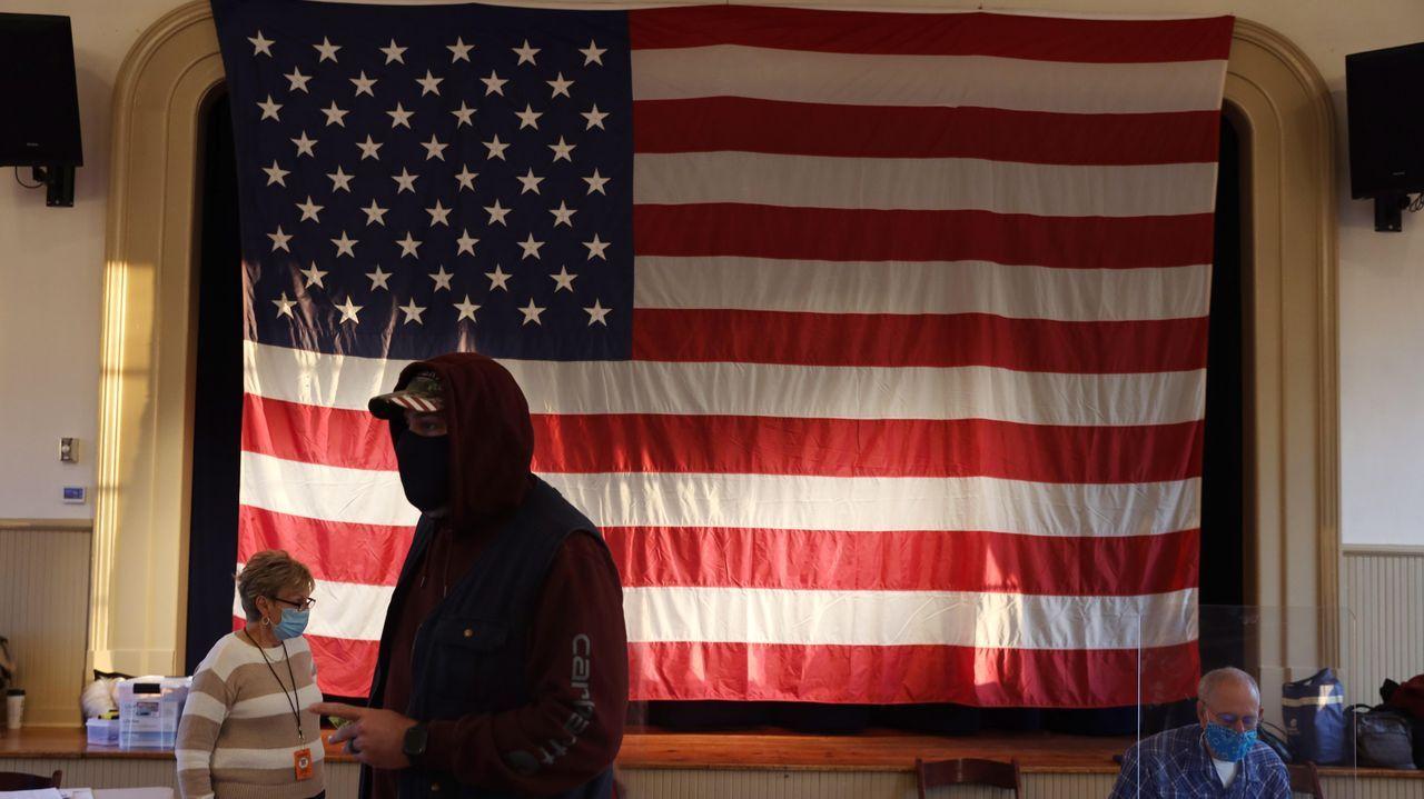 Un hombre completa su papeleta en un colegio electoral dentro de un escuela de Racine, en Wisconsin
