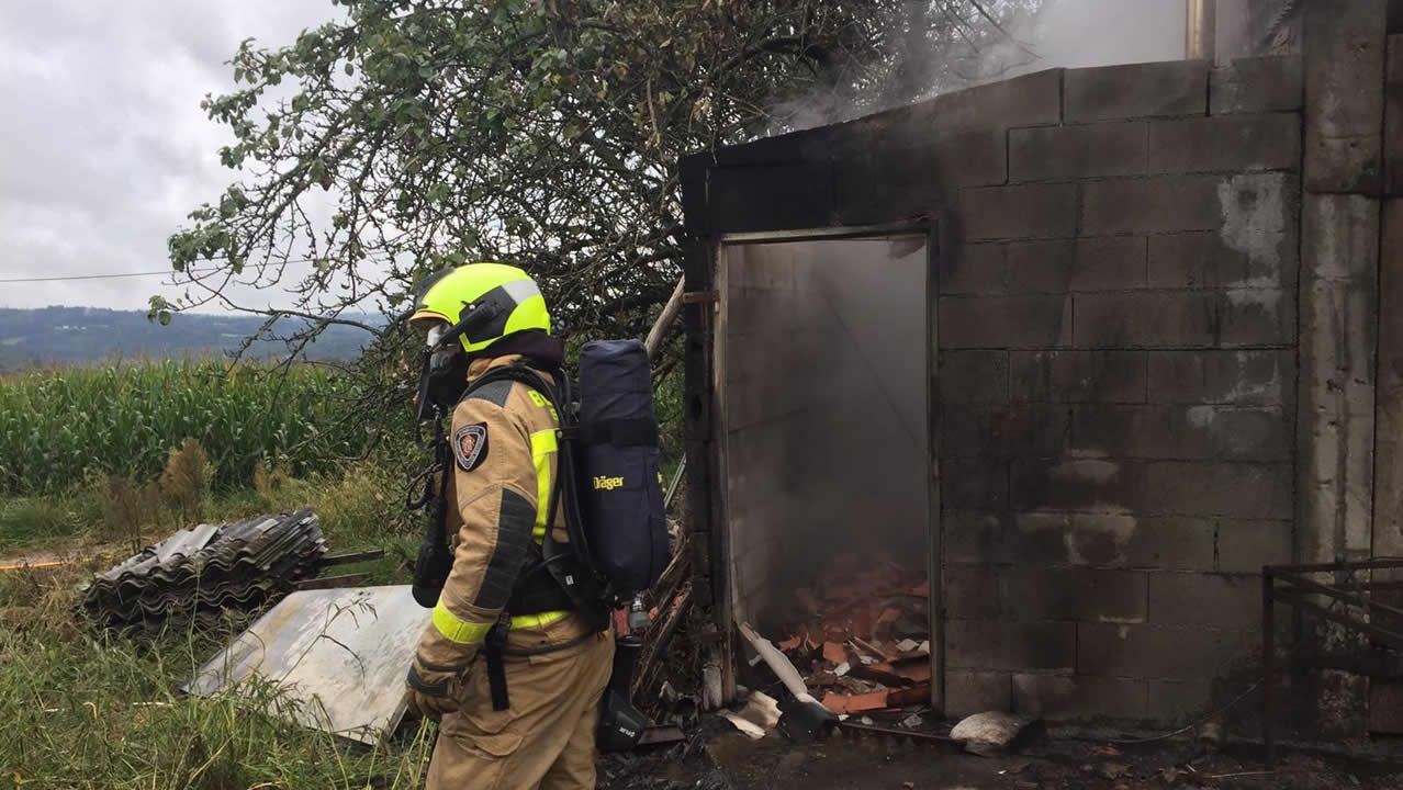 Incendio en una casa en Busto.Una de las alumnas de del CEIP de Seixalbo trabajando en el aula