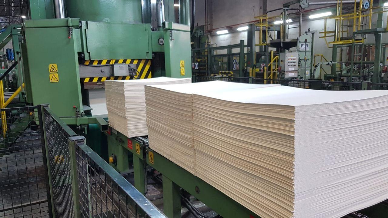Camiones descargando madera en Ence Navia: cada día entran en la factoría unos 300
