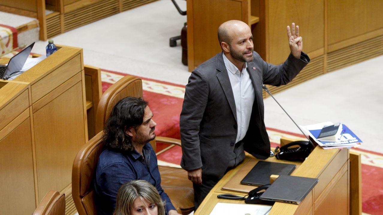 Masivo y bronco plenario de En Marea.Villares interviene en una sesión parlamentaria. A su lado, Antón Sánchez.