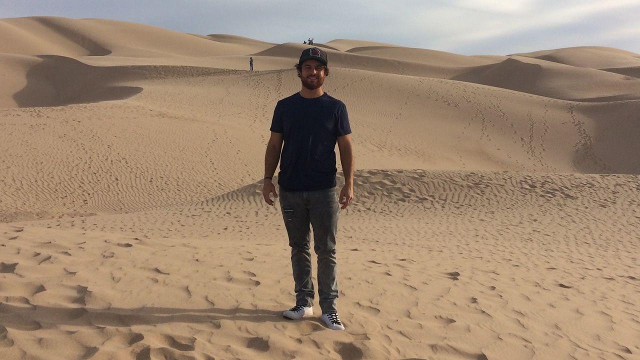 Daniel López en un desierto próximo a la frontera entre México y Estados Unidos