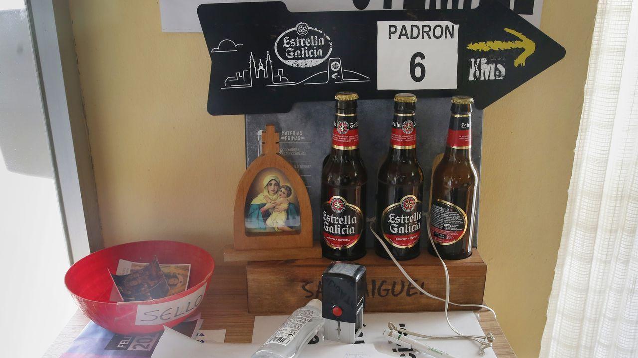 Los bares otrora a rebosar de peregrinos ahora tienen menos afluencia, pero al menos siguen abiertos, como este de Valga