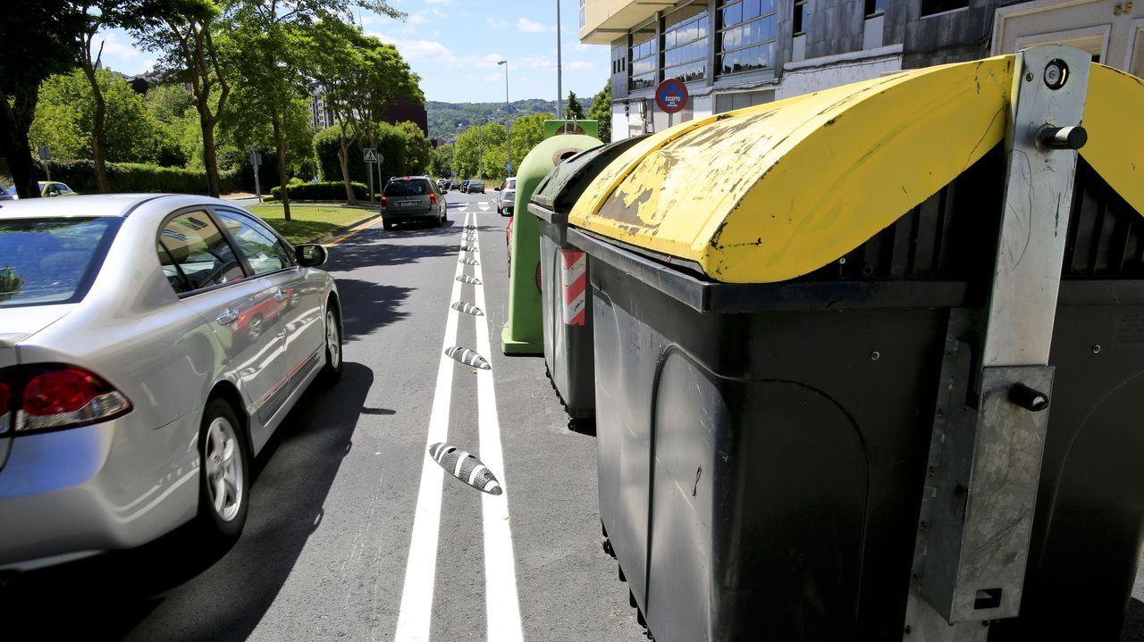 Contenedores situados en lo que debería ser el carril bici de la Rolda do Carme