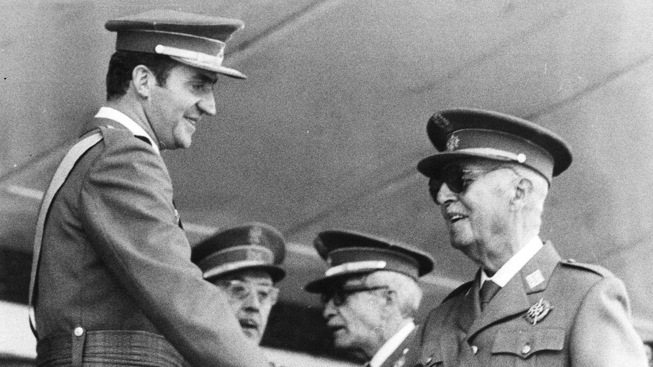 Juan Carlos de Borbón se despide de Franco en mayo de 1975 tras acabar un desfile conmemorativo de la victoria militar