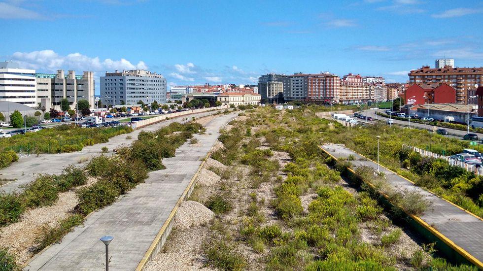 Vista de la ciudad desde el puente de la avenida de Carlos Marx, en una zona aún pendiente del plan de vías que debería soterrar el tráfico hasta Veriña.