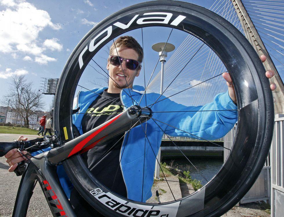 Pablo Dapena posa con su bicicleta en Pontevedra antes de partir hacia Australia.