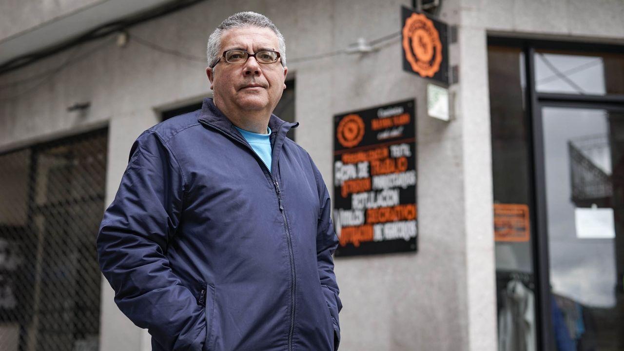 César Veleiro, frente a su tienda en O Carballiño, Manda Nabo