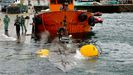 Agentes de la Guardia Civil, policía y Aduanas inspeccionan el narcosubmarino en el puerto de Aldán