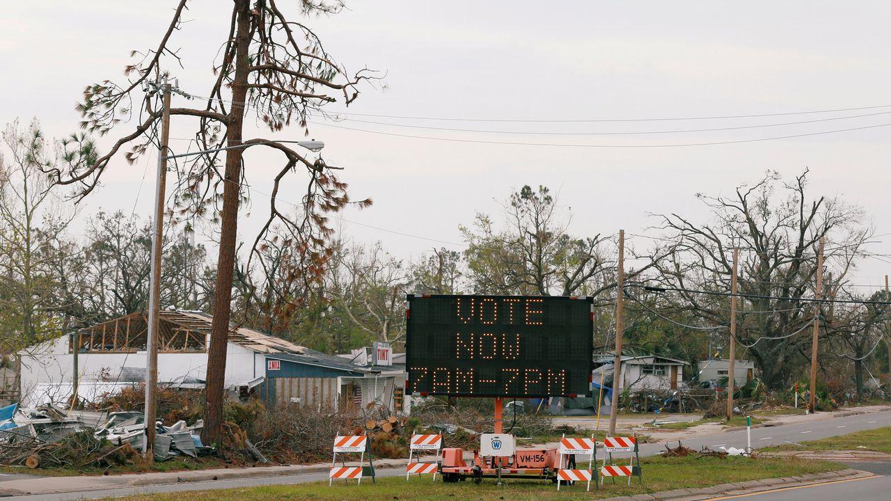 Un letrero dirige a los votantes a un nuevo centro de votación, despues de que el huracán Michael destruyese escuelas y otros edificios utilizados como tal en el área de Parker, en Florida