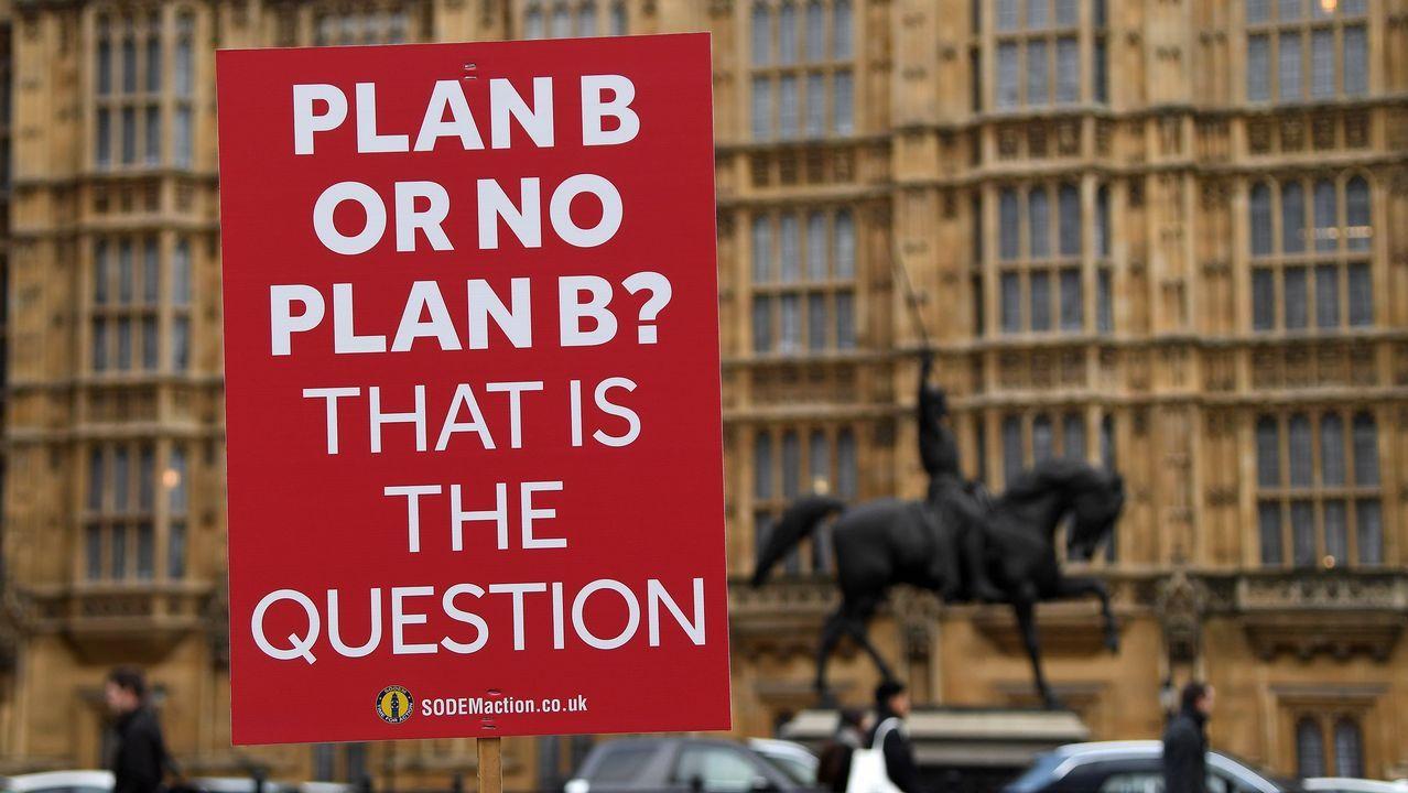 Partidarios de un segundo referendo pidieron a Corbyn un compromiso más firme..Activistas proeuropeos colocaron luna pancarta ante Westminster