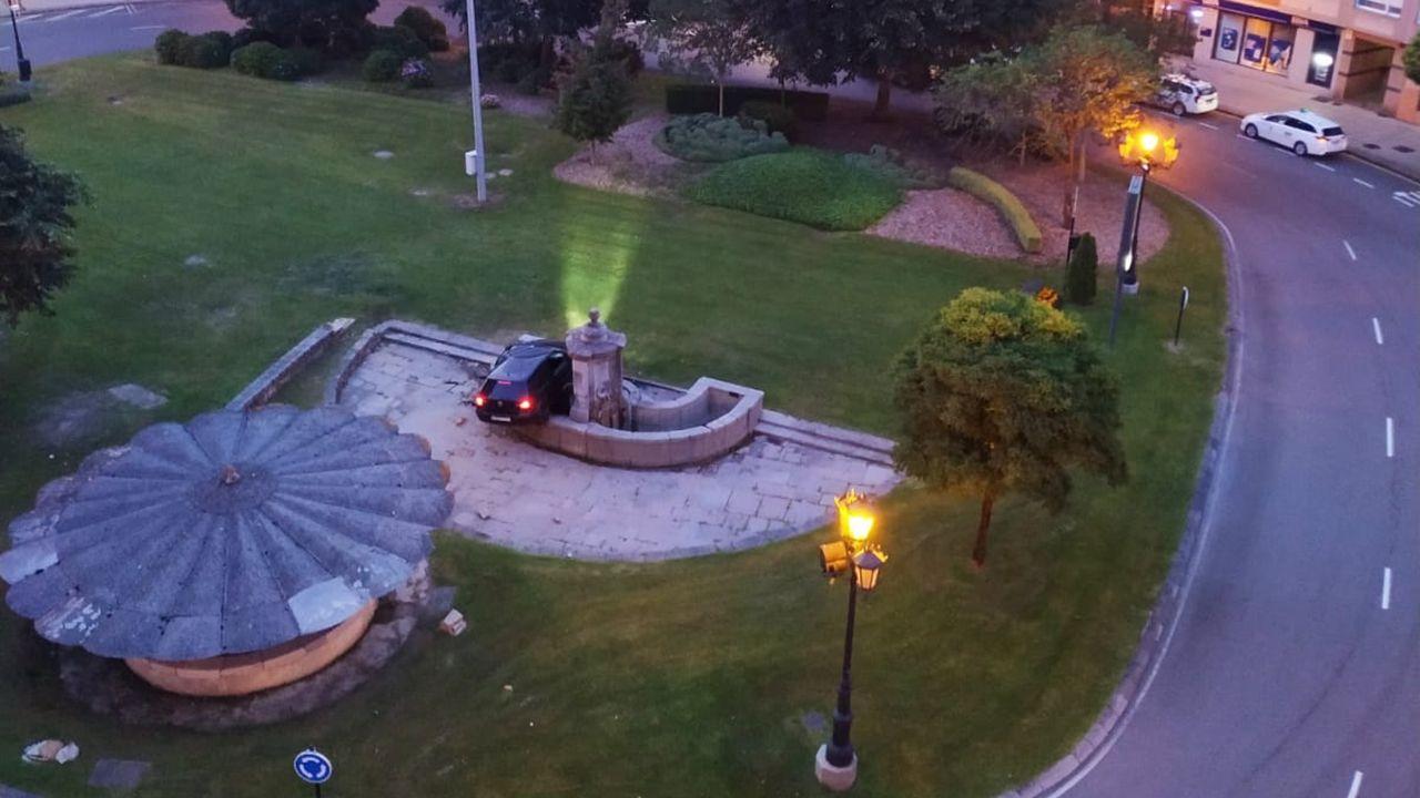 Así dejó uno de los «mayorinos» del Angliru el monumento de 1790 contra el que empotró su coche.Un coche se empotra contra la fuente de Cuatro Caños de Oviedo