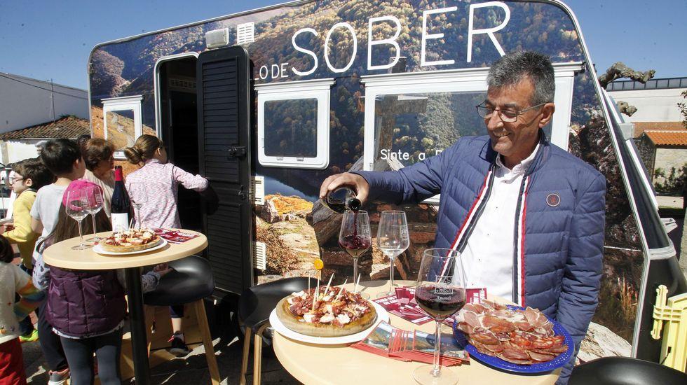 El alcalde de Sober, Luis Fernández Guitián, sirve unos vinos durante la presentación de la Caravana do Amandi