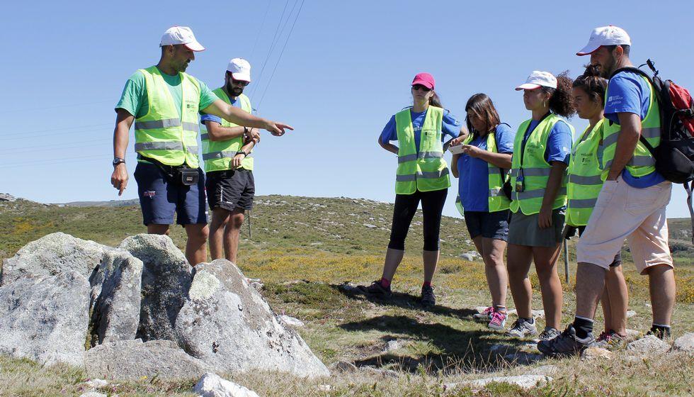 Los voluntarios se integraron con el terreno, como en esta ruta arqueológica por la sierra de Barbanza o en el parque de San Roque.