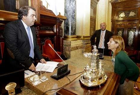 Barcón y Negreira conversan antes del inicio de la sesión plenaria.