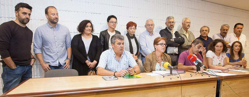 Organizaciones políticas, sindicales y colectivos ciudadanos se reunieron ayer para firmar un manifiesto conjunto de apoyo a los productores lácteos.