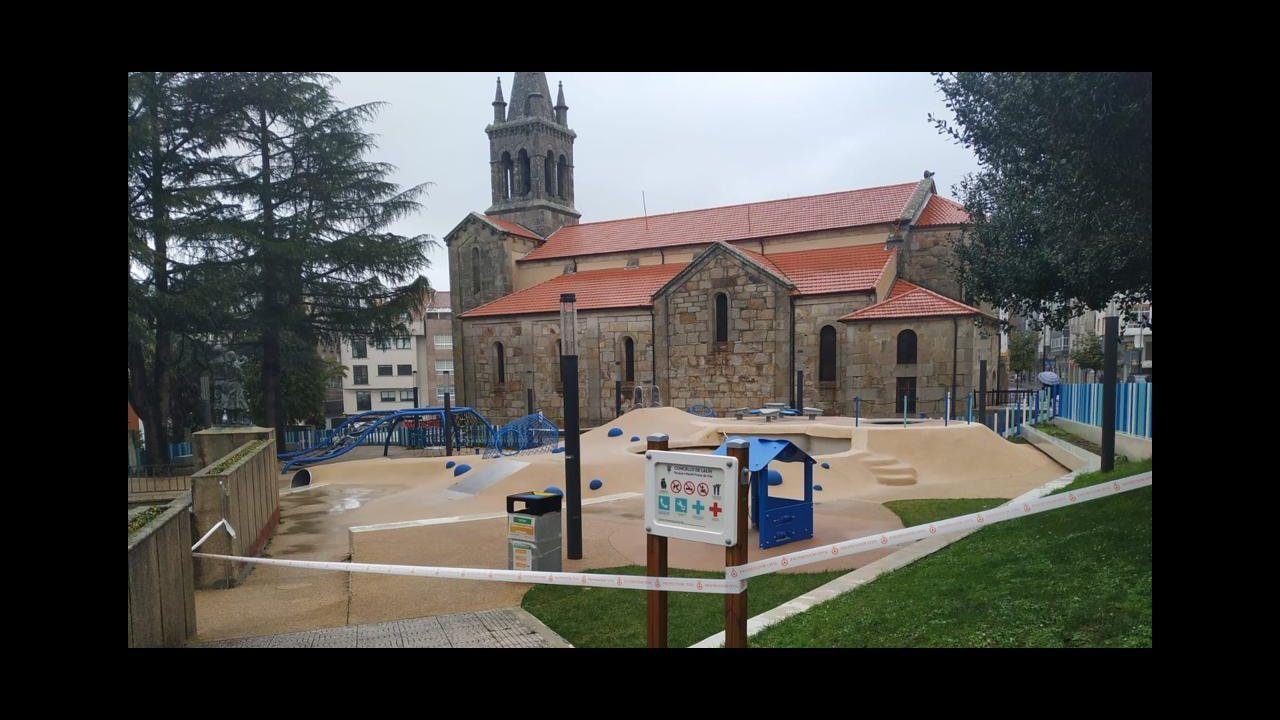 Jóvenes y mayores paseando por la Praza da Constitución de Lugo