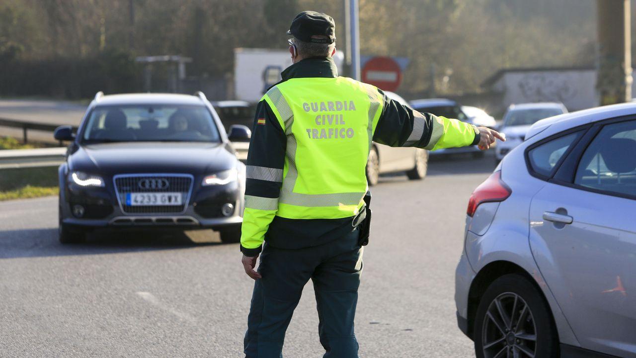 Foto de archivo de un agente de la Guardia Civil regulando el tráfico
