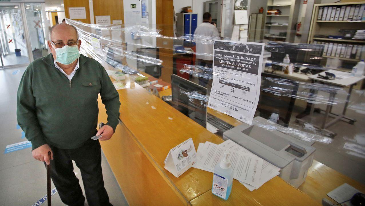 En el centro de salud de A Doblada los administrativos han puesto plásticos