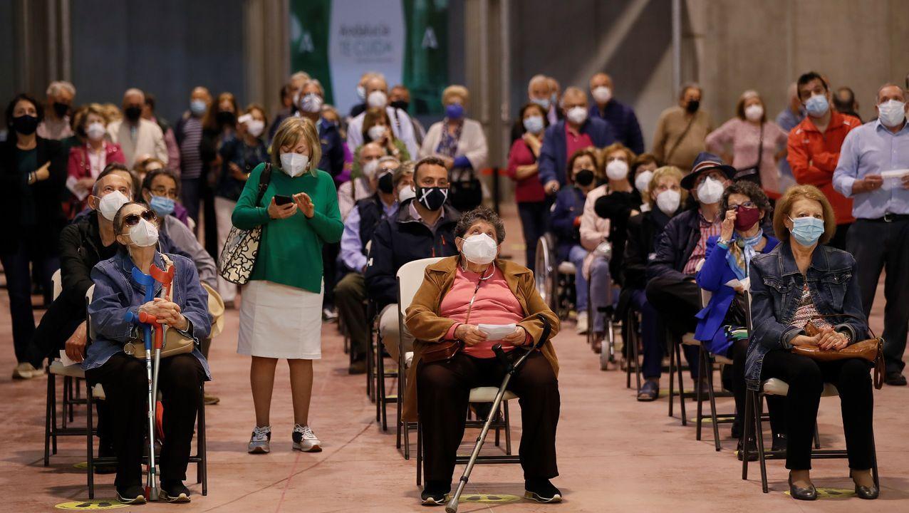 En directo: Comparece la ministra de Sanidad.Sala de espera para la vacunación en Sevilla