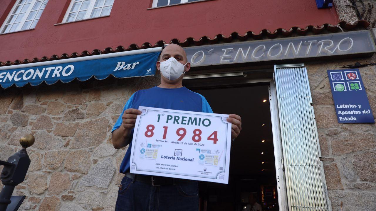 Óscar Esparís, en su establecimiento «O Encontro», donde se vendió el primer premio de la Lotería Nacional del pasado sábado
