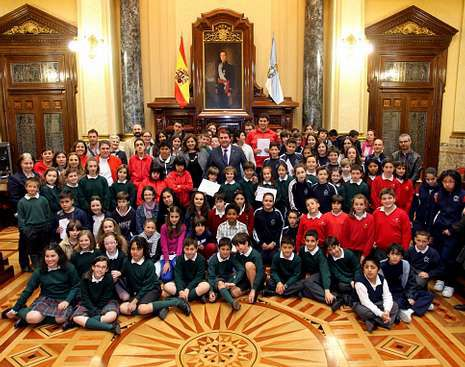 Los niños recogieron sus licencias de venta de manos del alcalde