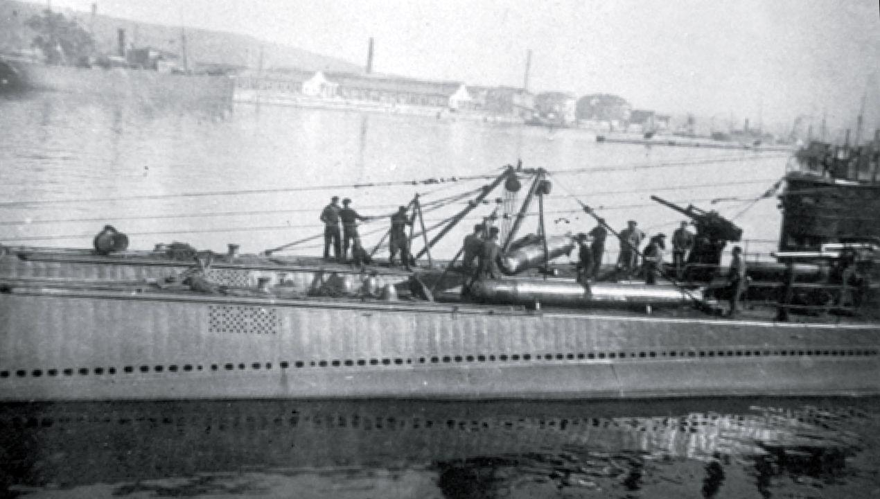 Traslado de torpedos del submarino C-5 de la Armada Española, poco antes de intervenir en la Guerra Civil en el bando republicano. El C-5 se hundió frente a la costa asturiana en 1936