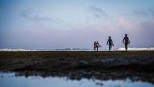 Surfistas a punto de entrar en el agua en Ericeira